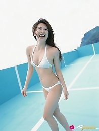 Sensual asian beauty Haruna Yabuki seduces in her skimpy bikini
