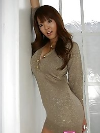 Japan idol Hitomi Tanaka dressed with a glamurous outfit