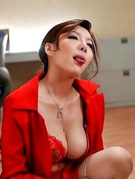 Yuna Hirose sucking two cock